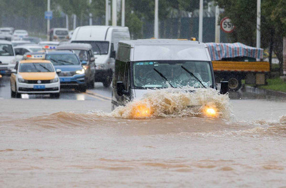 Từng đứng hình vì virus, Vũ Hán lại bị nhấn chìm dưới mưa như trút - Ảnh 5.
