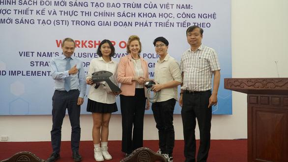 Mũ cách ly di động của hai học sinh Việt Nam - Ảnh 1.