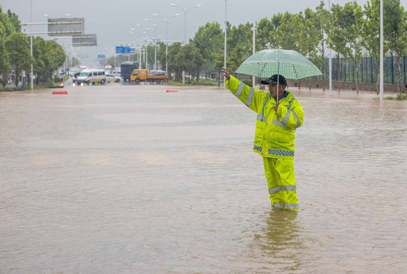 Từng đứng hình vì virus, Vũ Hán lại bị nhấn chìm dưới mưa như trút - Ảnh 1.