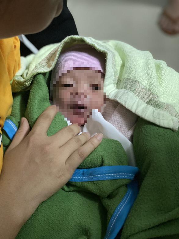 Bé trai bị bỏ rơi trên ghế đá ở quận Tân Phú đang được bệnh viện chăm sóc - Ảnh 2.