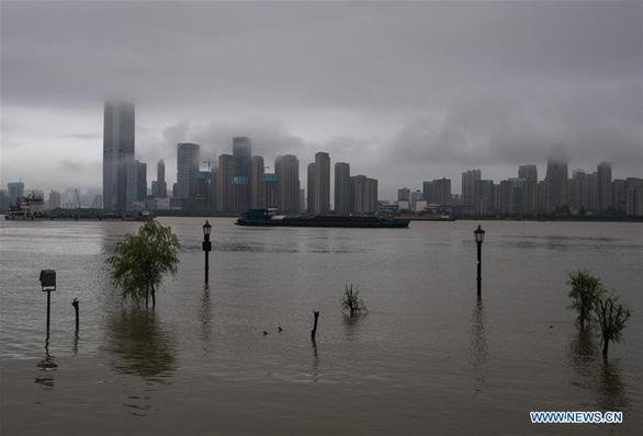 Thủ tướng Nguyễn Xuân Phúc điện thăm hỏi Trung Quốc về tình hình mưa lũ - Ảnh 1.