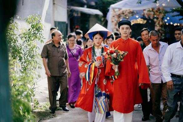 Cô dâu khoác áo Nhật Bình, chú rể diện áo tấc đẹp sững sờ đường rước dâu - Ảnh 1.