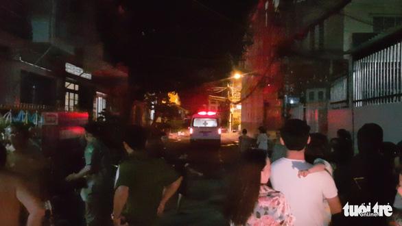 Bé trai bị bỏ rơi trên ghế đá ở quận Tân Phú đang được bệnh viện chăm sóc - Ảnh 1.