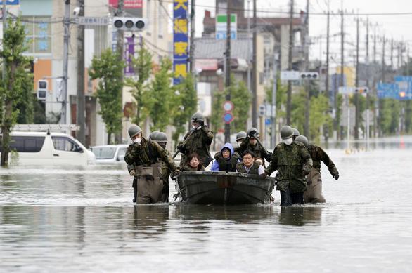 Ít nhất 50 người chết vì mưa lụt, Nhật Bản tăng tốc cứu hộ - Ảnh 1.