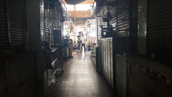 COVID-19 khiến những ngôi chợ sầm uất như Bến Thành ngáp ngủ - Ảnh 7.