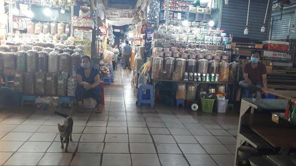 COVID-19 khiến những ngôi chợ sầm uất như Bến Thành ngáp ngủ - Ảnh 8.