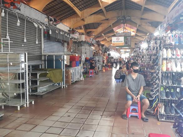 COVID-19 khiến những ngôi chợ sầm uất như Bến Thành ngáp ngủ - Ảnh 12.