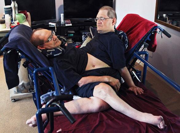 Cặp song sinh dính liền thân cao tuổi nhất thế giới qua đời - Ảnh 5.
