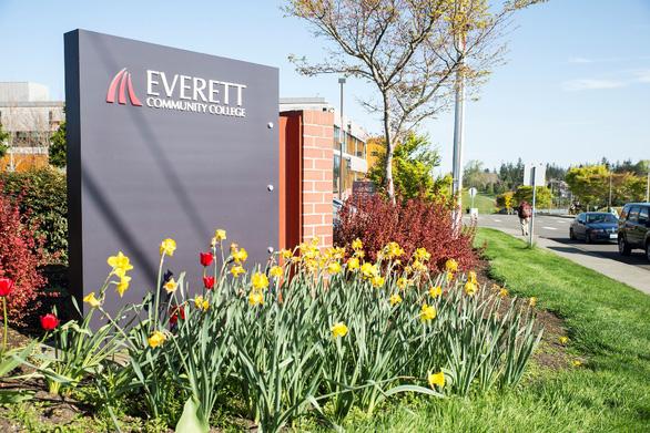 Cơ hội tốt nghiệp trường Top Mỹ năm 20 tuổi từ trường Everett - Ảnh 1.