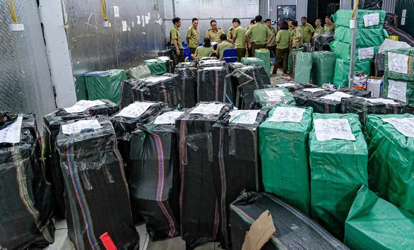Kho hàng lậu khủng tại Lào Cai: Thu tiền tỉ từ hàng nhái, hàng lậu - Ảnh 2.