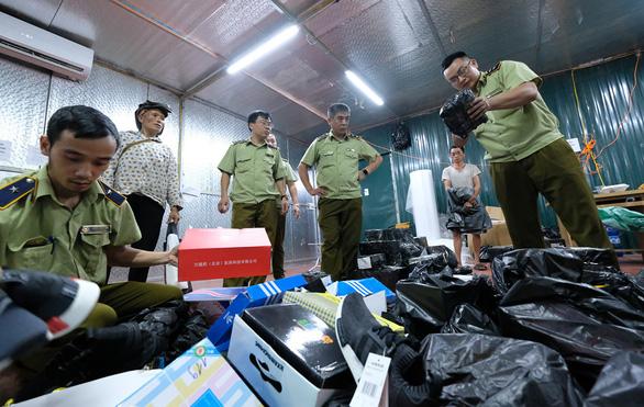 Kho hàng lậu khủng tại Lào Cai: Thu tiền tỉ từ hàng nhái, hàng lậu - Ảnh 1.