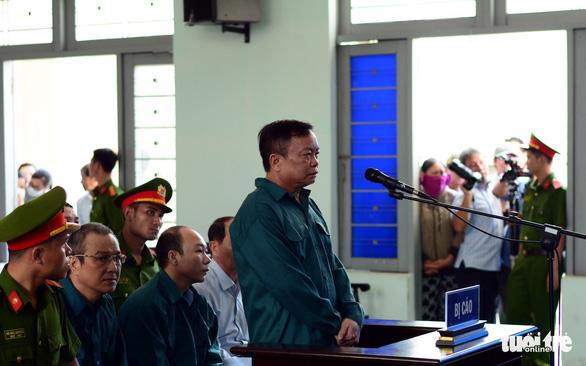 Nguyên chủ tịch UBND TP Phan Thiết cùng nhiều thuộc cấp hầu tòa - Ảnh 2.