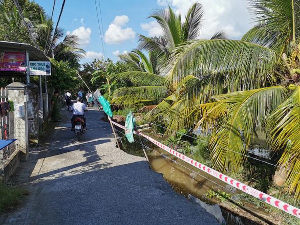 Nửa con đường vào khu di tích mộ nhà thơ Phan Văn Trị đổ sụp xuống sông - Ảnh 1.