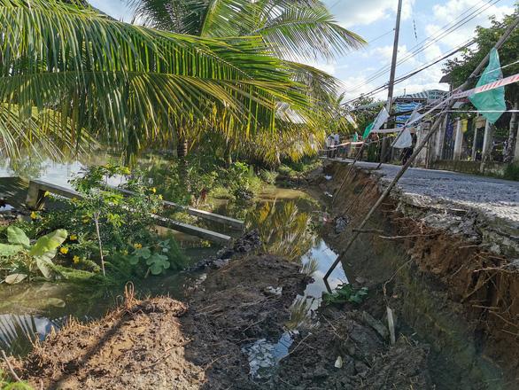 Nửa con đường vào khu di tích mộ nhà thơ Phan Văn Trị đổ sụp xuống sông - Ảnh 2.