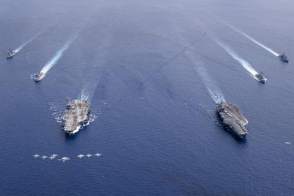 Hai tàu sân bay Mỹ vừa tập trận ở Biển Đông, vừa chống dịch COVID-19 ra sao? - Ảnh 1.