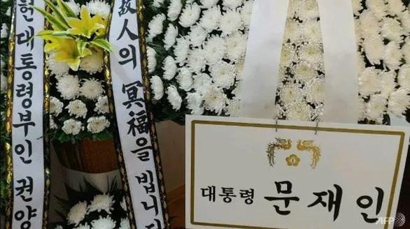 Tổng thống Hàn Quốc bị chỉ trích vì gửi hoa viếng mẹ của tội phạm tình dục - Ảnh 1.
