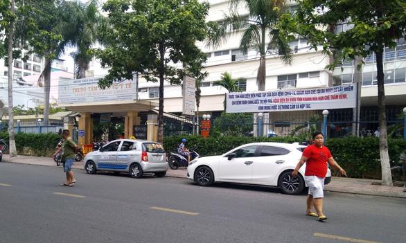 Hạn chế đông người ở biển Nha Trang, hạn chế thăm bệnh nhân - Ảnh 1.