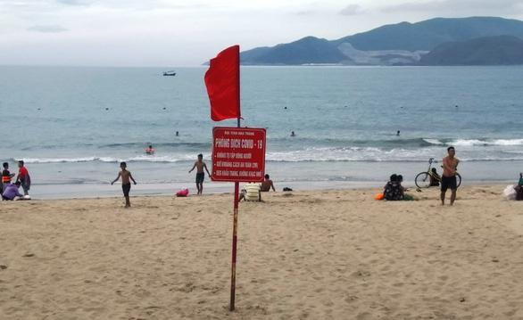 Hạn chế đông người ở biển Nha Trang, hạn chế thăm bệnh nhân - Ảnh 2.