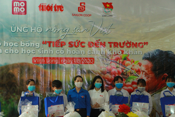Học sinh Vĩnh Long nhận học bổng 'Ủng hộ nông sản Việt' - Ảnh 1.