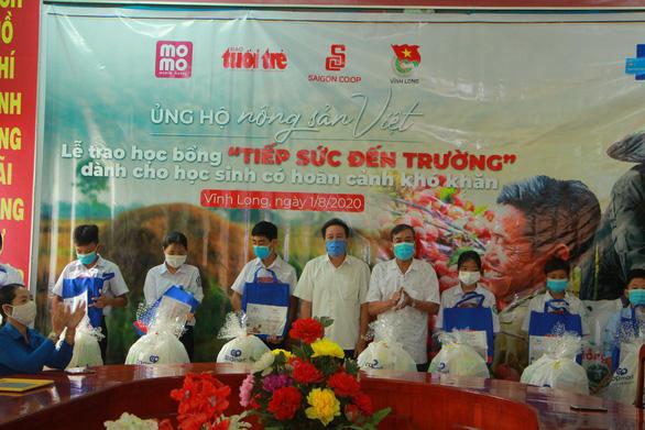 Học sinh Vĩnh Long nhận học bổng 'Ủng hộ nông sản Việt' - Ảnh 4.