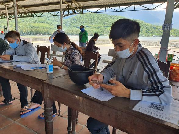 Huế đón 73 người từ Đà Nẵng về để đưa đi cách ly tập trung - Ảnh 2.