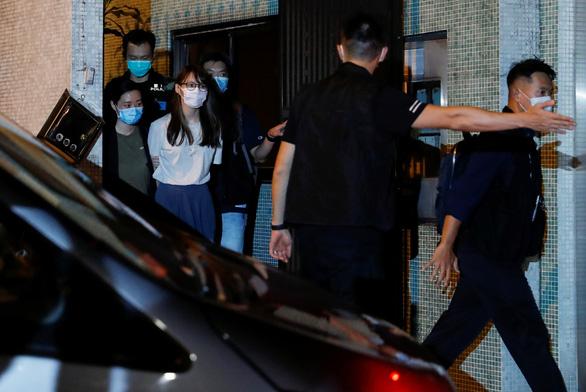 Hong Kong bắt thêm cô bạn của Hoàng Chi Phong - Ảnh 1.