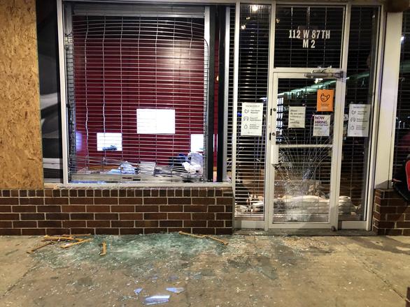 Bạo động ở Chicago, bên đụng độ cảnh sát, bên đập phá hôi của cửa hàng - Ảnh 1.