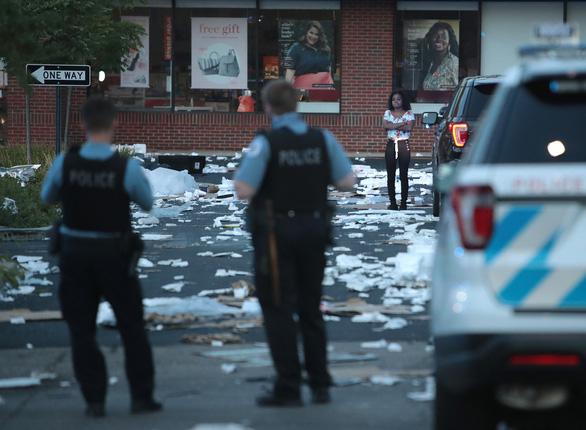 Bạo động ở Chicago, bên đụng độ cảnh sát, bên đập phá hôi của cửa hàng - Ảnh 5.