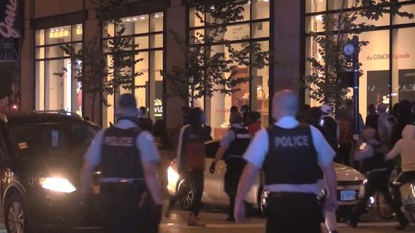Bạo động ở Chicago, bên đụng độ cảnh sát, bên đập phá hôi của cửa hàng - Ảnh 3.