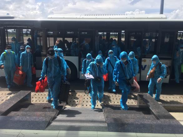 Sân bay Cần Thơ đón 266 công dân từ Dubai về nước, cách ly ở Bến Tre, Cà Mau - Ảnh 1.