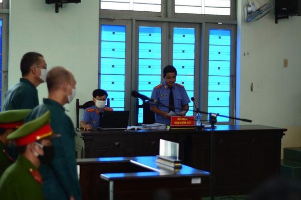 Các cựu lãnh đạo TP Phan Thiết hầu tòa trở lại - Ảnh 2.