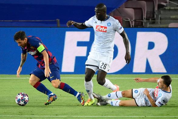 Vấp té, cột giày… bóng đá vẫn là trò chơi trong chân Messi - Ảnh 1.