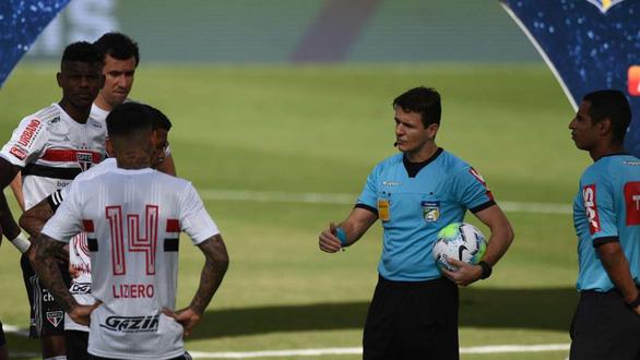 Cầu thủ đã ra sân, trận đấu bất ngờ hoãn vì 10 ca COVID-19 - Ảnh 1.