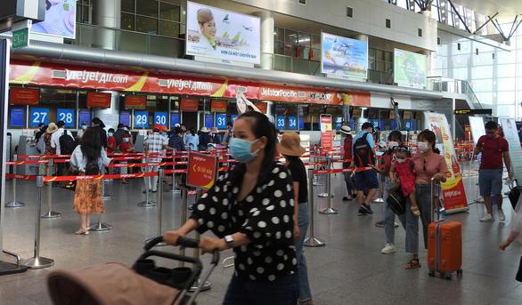 4 chuyến bay đưa gần 900 du khách mắc kẹt từ Đà Nẵng về Hà Nội - Ảnh 1.