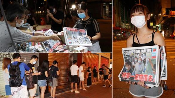 Trùm truyền thông Jimmy Lai bị bắt: dân Hong Kong xếp hàng mua báo, cổ phiếu ủng hộ - Ảnh 1.