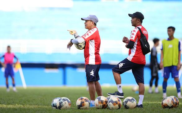 HLV Chung Hae Soung trở lại, HLV Lư Đình Tuấn và trợ lý Nguyễn Minh Phương ra đi - Ảnh 1.