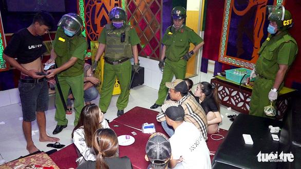 Phát hiện 19 khách và nhân viên quán karaoke dương tính với ma túy - Ảnh 1.