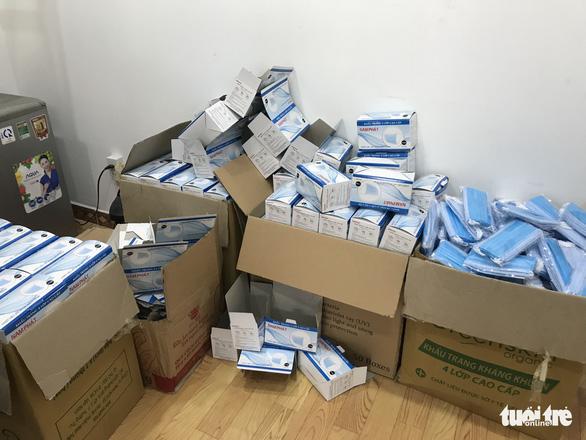 Công an tạm giữ 110.000 khẩu trang y tế tại nơi không có giấy phép kinh doanh - Ảnh 3.