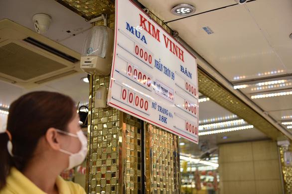 Giá vàng đảo điên: sáng bán khi giá xuống, chiều đội mưa đi mua khi giá lên - Ảnh 3.