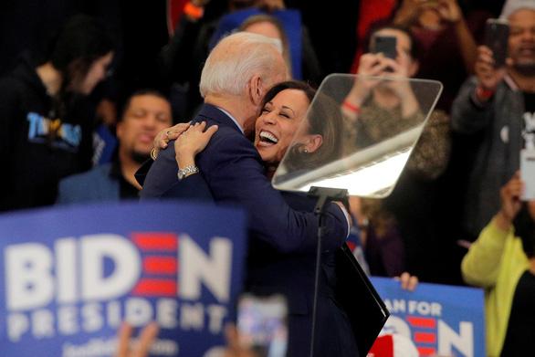 Ông Biden chọn phụ nữ làm cấp phó, ông Trump nói gì? - Ảnh 1.