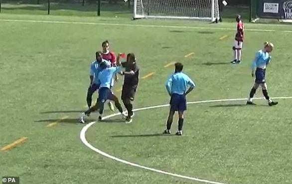 Rút thẻ đỏ, trọng tài bị cầu thủ đấm liên tiếp vào mặt phải nhập viện - Ảnh 1.
