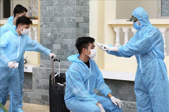 Hà Nội yêu cầu hàng quán đo thân nhiệt, giãn cách 1m từ 0h ngày 19-8 - Ảnh 2.