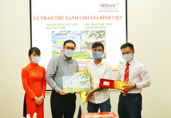 """HDBank trao """"Thẻ Xanh cho gia đình Việt"""" cho khách hàng đầu tiên - Ảnh 1."""