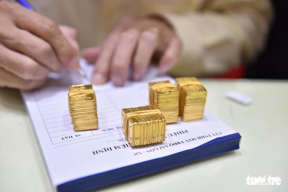 Giá vàng đang lao dốc, có người bán hơn 900 lượng - Ảnh 1.