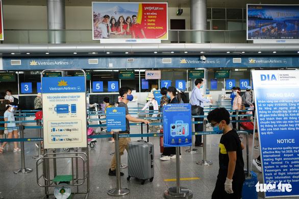 Nhóm du khách Hà Nội đầu tiên rời Đà Nẵng, nhận đặc sản làm quà - Ảnh 2.