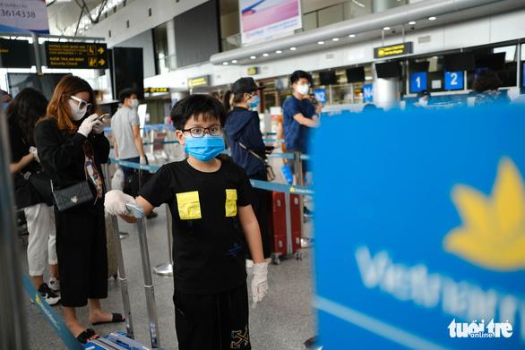 Nhóm du khách Hà Nội đầu tiên rời Đà Nẵng, nhận đặc sản làm quà - Ảnh 3.