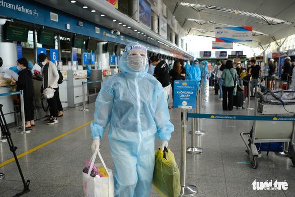 Nhóm du khách Hà Nội đầu tiên rời Đà Nẵng, nhận đặc sản làm quà - Ảnh 4.