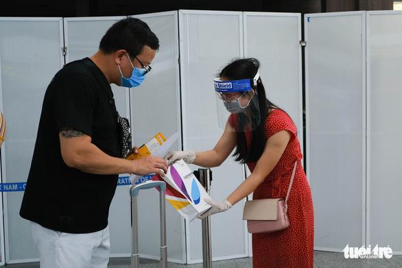 Nhóm du khách Hà Nội đầu tiên rời Đà Nẵng, nhận đặc sản làm quà - Ảnh 5.