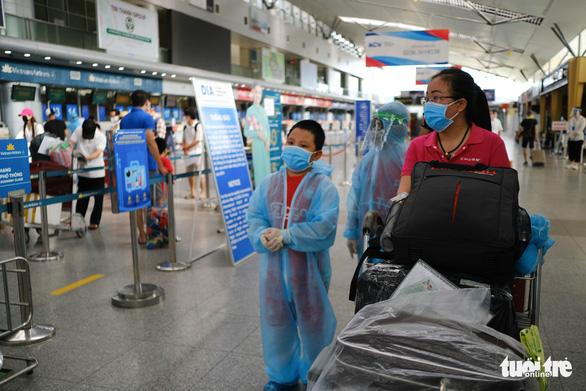 Nhóm du khách Hà Nội đầu tiên rời Đà Nẵng, nhận đặc sản làm quà - Ảnh 1.
