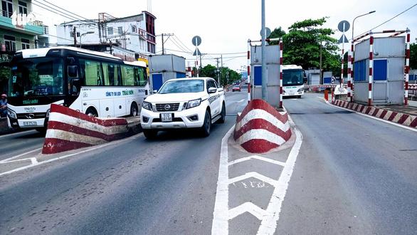 Trạm thu phí ngay cửa ngõ Sài Gòn: Quá hạn dỡ bỏ 2 tuần vẫn trơ trơ - Ảnh 1.